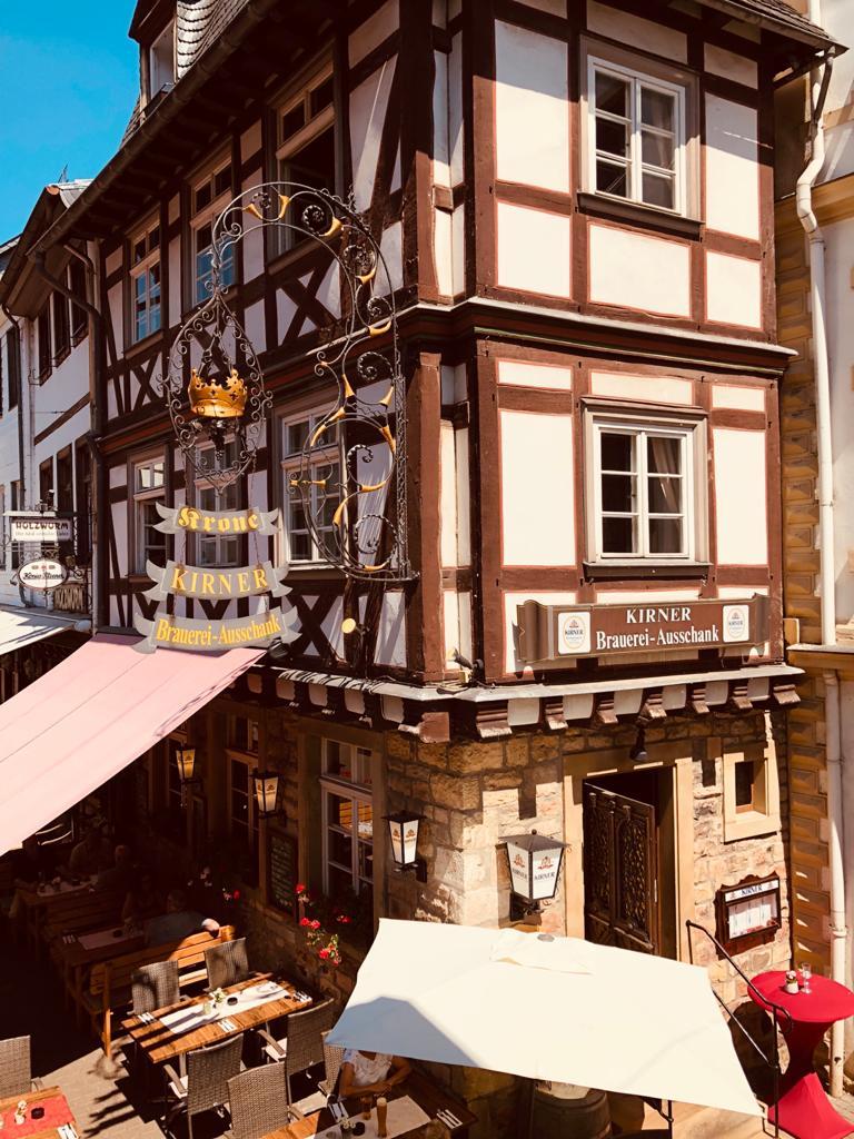 Außenaufnahme des histroischen Gebäude in dem sich heute das Gasthaus Krone befindet
